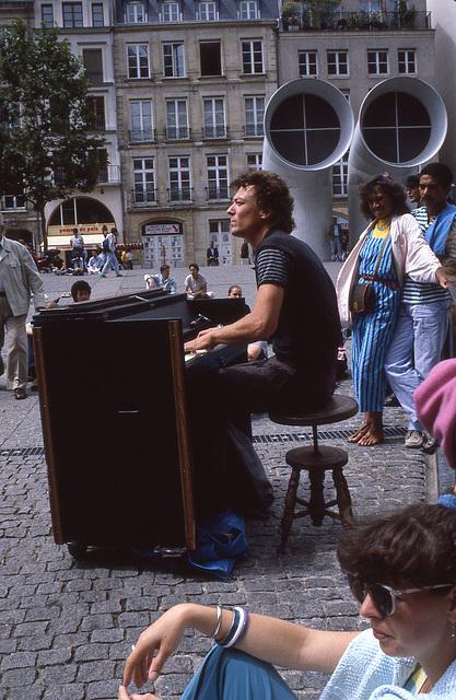 Place Beaubourg , un jour d'été .