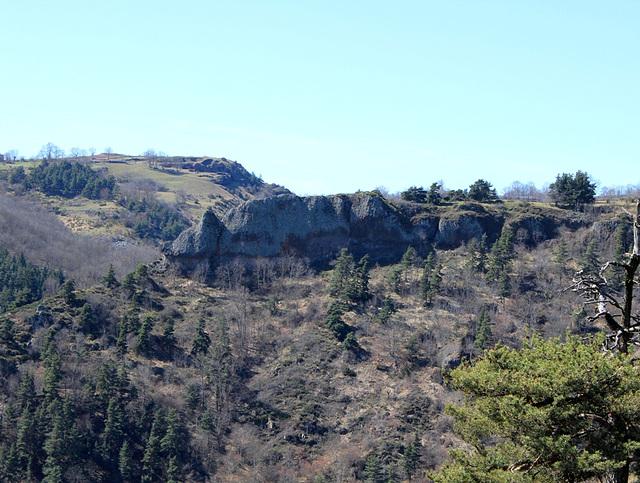 Coulée basaltique ancienne à prismes et entablement