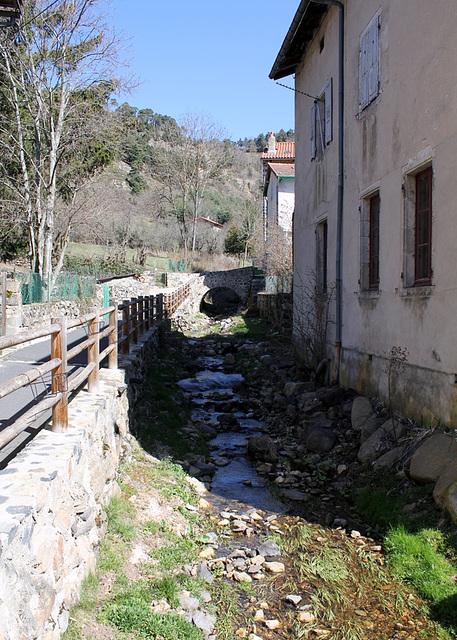 un ruisseau le Riou traverse Goudet