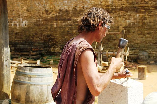 Un tailleur de pierre  - Guédelon