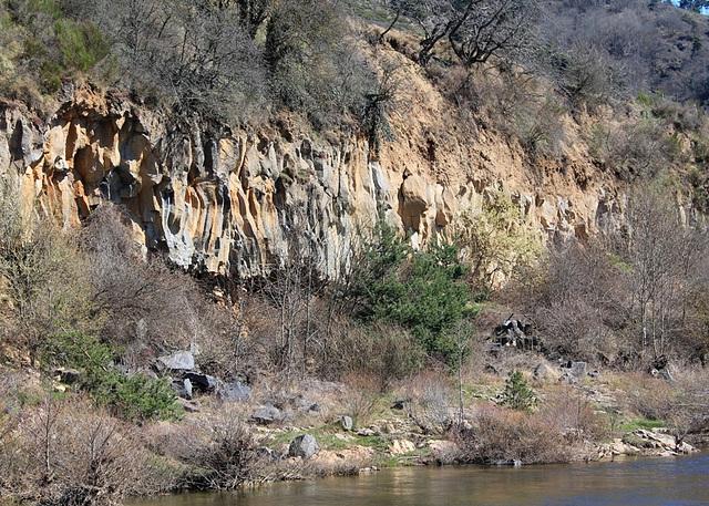 prismes basaltiques anciens au-dessus de la Loire