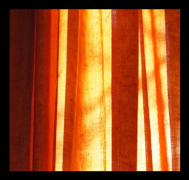 A travers les rideaux