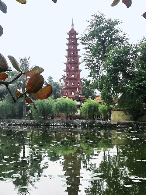 PICT5460ac Hanoï Tran Quoc Pagoda Reflecting in the Lake of the West