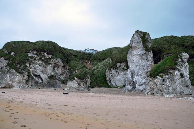 Felsbrocken und Höhlen