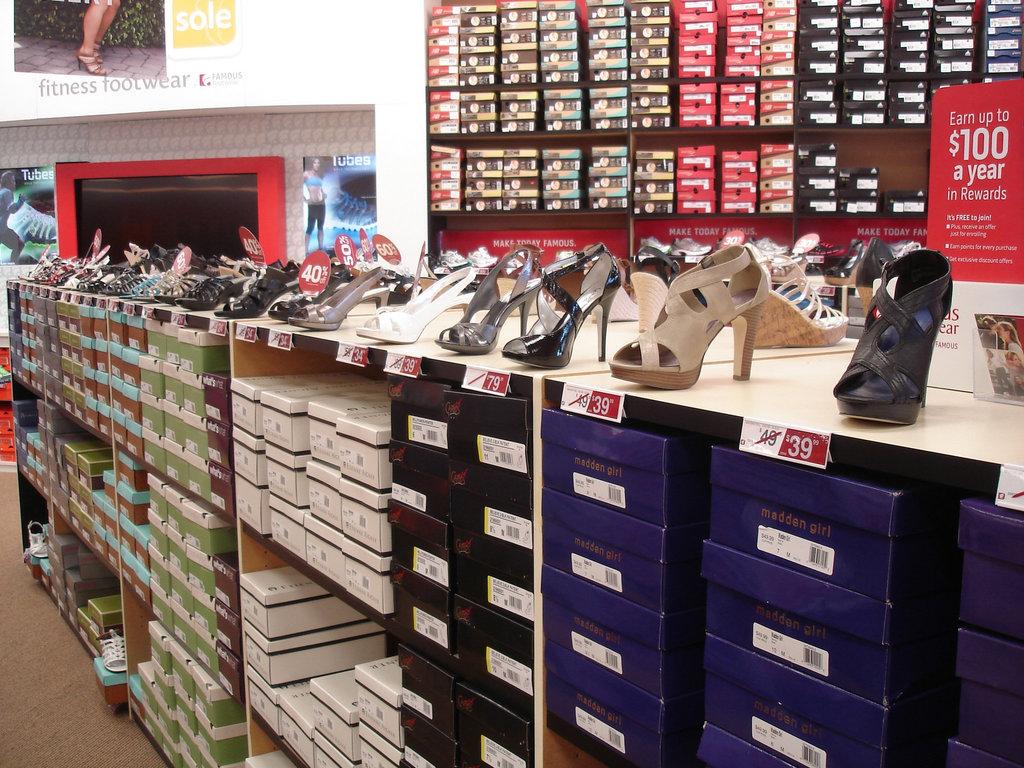 Famous footwears shoes store / Boutique de chaussures - Plattsburg, NY. USA. 14 juin 2011