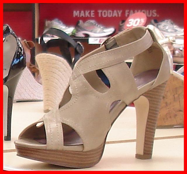 Famous footwears shoes store / Boutique de chaussures