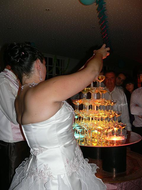 die Sektglaspyramide wird befüllt