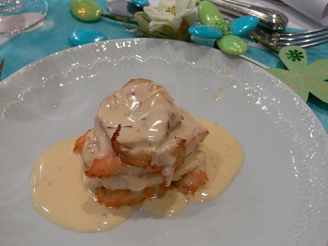 Millefeuille de saumon et sandre sauce safranée