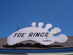 Toe rings & things /Anneaux d'orteil & autres /Anillos del dedo del pie y otra cosas.