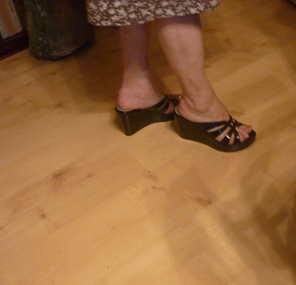 New shoes / Nouvelles chaussures - Mon amie Christiane / My friend Christiane - Photo originale.