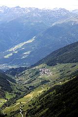 Blick von 2200 m hinunter auf Matsch ca. 1400 m