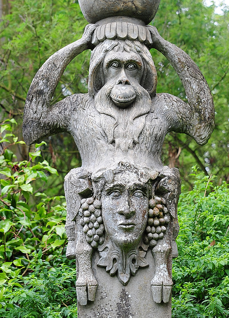 Säulenskulptur im Italienischen Garten