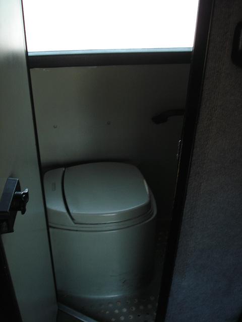 Bus toilet / Toilette de bus.