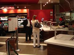 Vue appétissante sur cafétéria aéroportuaire - Readhead on flats with a pale outfit and sexy black man. PET Montreal airport / 18 octobre 2008 - Visages rouges anonymes / Anonymous red faces.