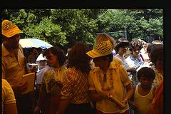 Budapeŝto 1981, antaŭ Esperanto-stando dum plenaera festo