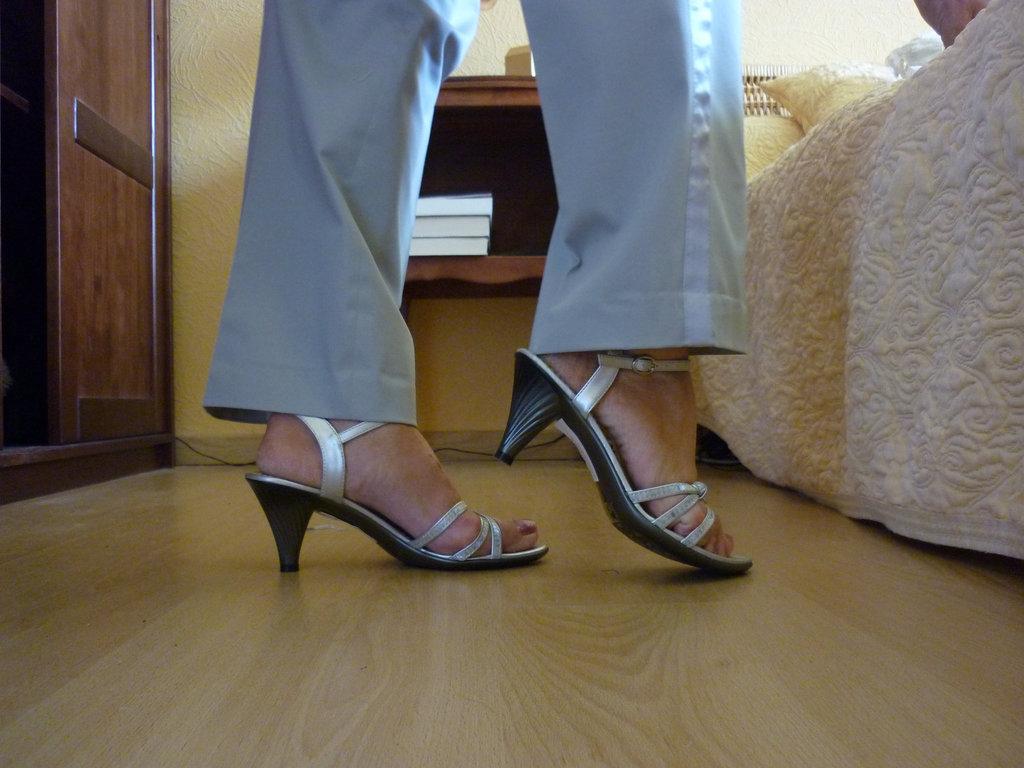 La séduisante Christiane dans ses nouvelles chaussures à talons hauts  !!  The seductive Christiane with her new high heels shoes !
