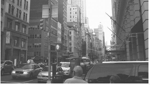 New-York city - Entre gratte-cieux / In between skyscraper - Noir et blanc / 19 juillet 2008.  - Bald head / Chauve