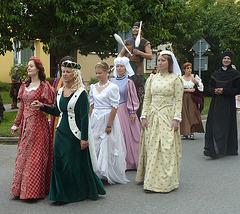 damoj en procesio dum renesanca solenaĵo en Bechyně (aŭgusto 2011)
