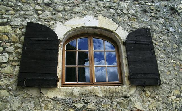 Reflets du ciel à la fenêtre
