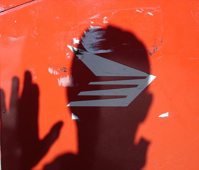 The postal shadow man /  Un salut postal dans l'ombre.