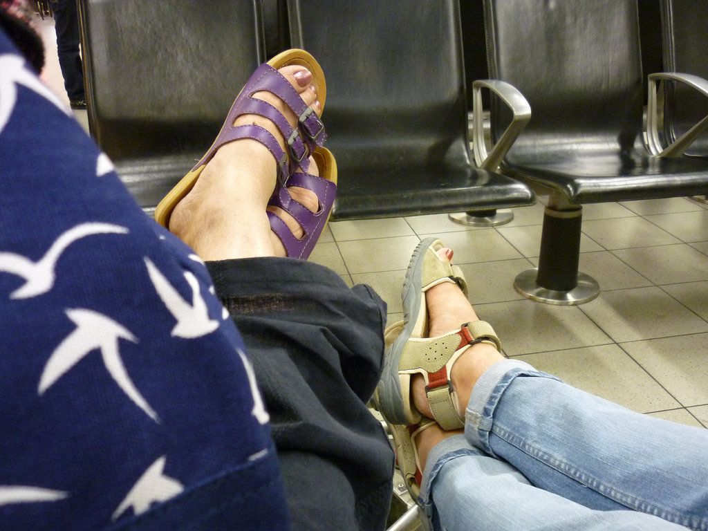 Schiphol, Amsterdam /  En attendant le vol de retour / Waiting for their return flight - 9 juillet 2011  / Photo originale