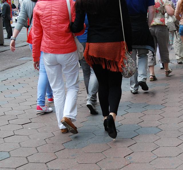 Amsterdam's high heeled Smirnoff Lady / La Dame Smirnoff en talons hauts - Recadrage