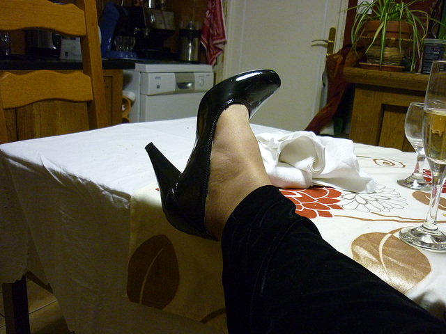 Lady 72 en escarpins noirs /  Lady 72 in black pumps.