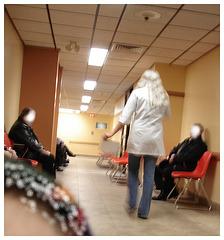 Sex bomb blond secretary in hidden stilettos boots and jeans -  Secrétaire blonde très sexy en bottes à talons aiguilles camouflées- Dans ma ville / Hometown - Blanc camouflant / Masking whiteness.