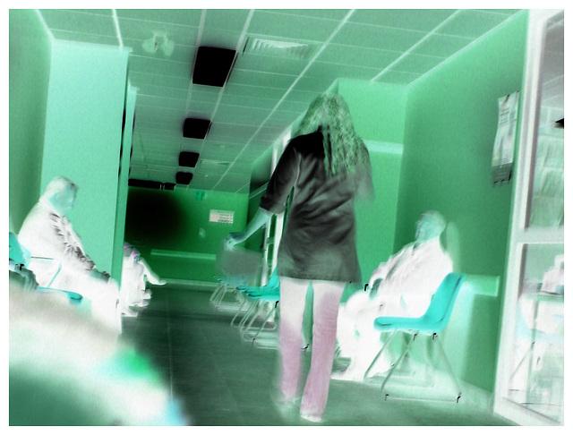 Sex bomb blond secretary in hidden stilettos boots and jeans -  Secrétaire blonde très sexy en bottes à talons aiguilles camouflées- Dans ma ville / Hometown - December 17th 2008 - Négatif fantomatiqu