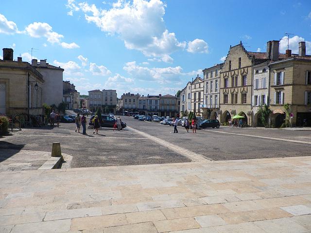 Place principale de Bazas.