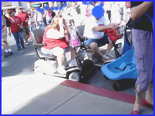 Calories roulantes / Wheeling calories - Disney Horror pictures show - Orlando, Florida - USA  / 30 décembre 2006- Bleu masquant / Anonymous blue