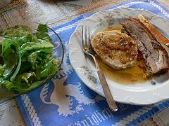 Schweinebraten mit Mehlknödel und Salat