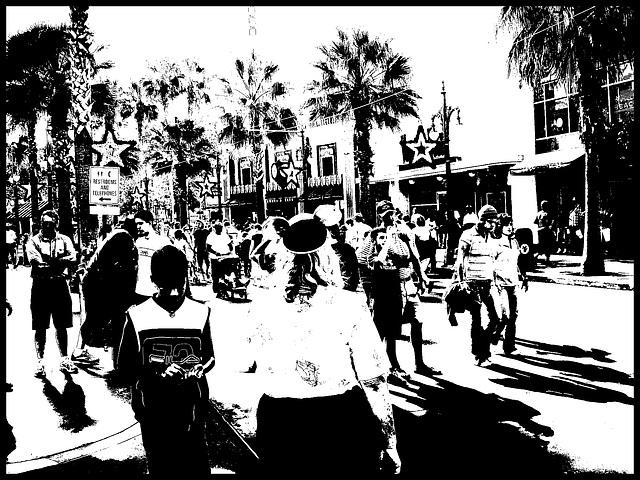 Fesses dodues et chapeau Mickey mouse - Chubby bum and Mickey mouse's ear hat- Disneyworld- Orlando, Florida - USA -  30 décembre 2006- Version bichromie en N & B / High contrast artwork