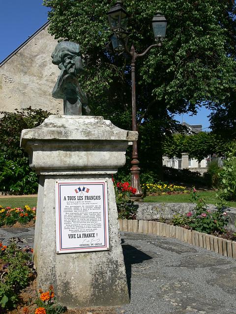 Büste vor dem Rathaus in Aschères-le-Marché