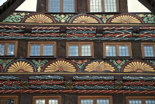 Fassadenschmuck: Taubänder & Fächerrosetten