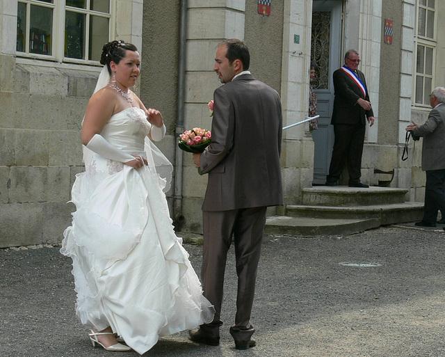 Das Brautpaar vor dem Rathaus