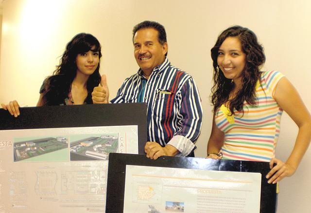 Recibiendo diseños Arquitectónicos para la construcción de Casa de Cultura de los Pueblos del Desierto