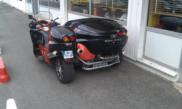 Pretty sidecar found next to a supermarket
