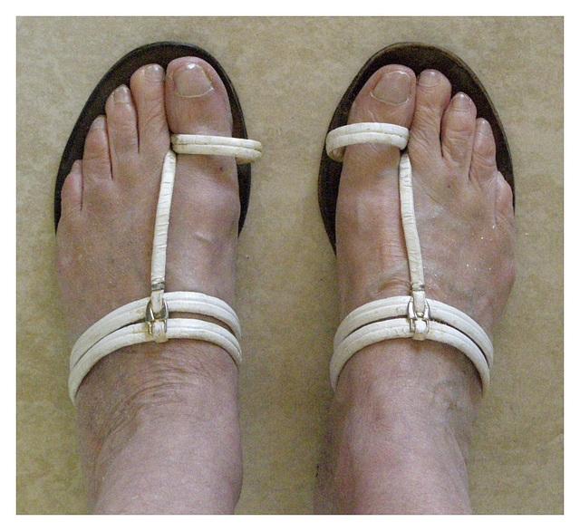 Les Pieds de Dame Simone en sandales indiennes / Lady Simone's feet in Indian sandals  - Recadrage