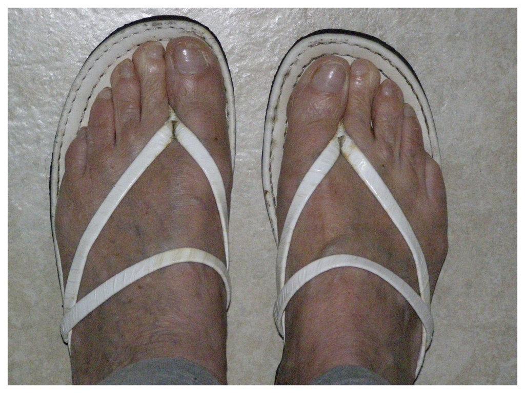 Les Pieds de Dame Simone en Tongs catalanes / Lady Simone's feet in Catalan flops -  Encadrés en blanc podoérotique