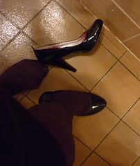 Escarpins chauds sur tuiles froides / Hot black pumps on tiles floor - Christiane en action / In act  / Recadrage