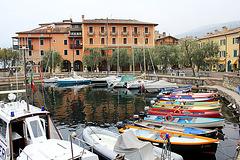 Kleiner Hafen in Torri del Benaco am Gardasee
