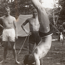 hand stand 1930'