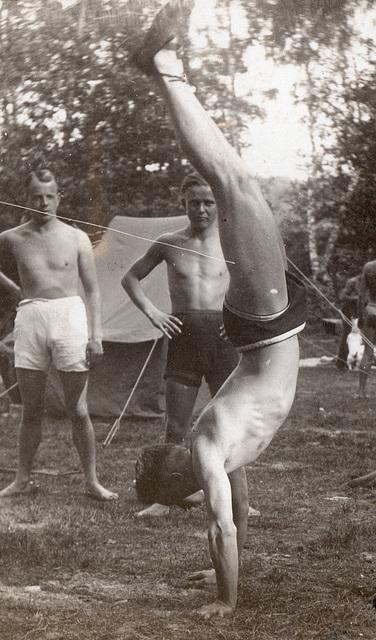 hand stand 1930'
