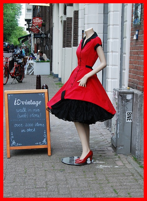 Lady Vintage / Femme entêtée en rouge et en talons hauts / Stubborn Lady in red in high heels  - Amsterdam / Version encadrée en rouge