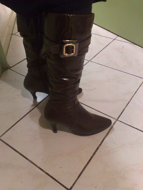 Lady Bergham en bottes de cuir à talons hauts / Lady Bergahm's high-heeled leather boots - Photo originale