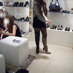 Lady Roxy is shopping for new high-heeled boots .....Roxy en essayage de bottes à talons hauts - Recadrage et visage masqué