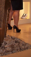 Lady Roxy is shopping for new high-heeled boots .....Roxy en essayage de bottes à talons hauts - Recadrage