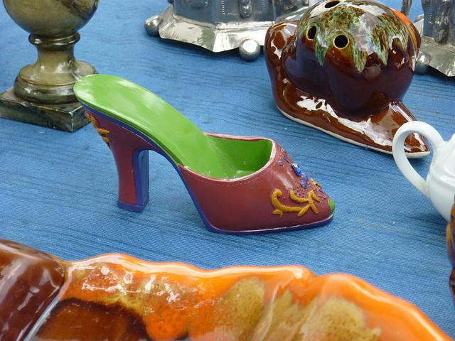 Brocante de Limoux flea market  / Petite chaussure de porcelaine - Small porcelain shoe / Photo originale