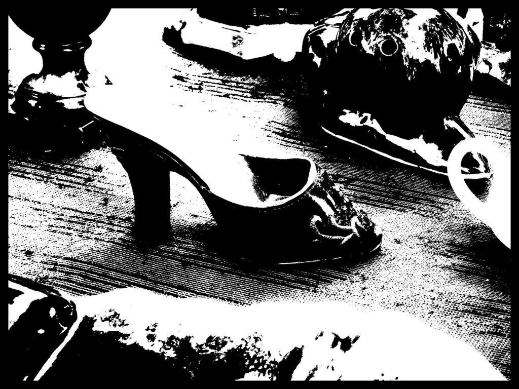 Brocante de Limoux flea market  / Petite chaussure de porcelaine - Small porcelain shoe / 24 juillet 2011 - Bichromie en noir et blanc.